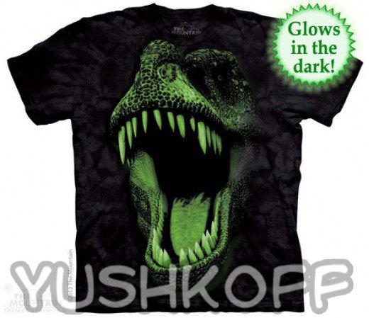 Добрый динозаврик на футболке с красивыми зубками